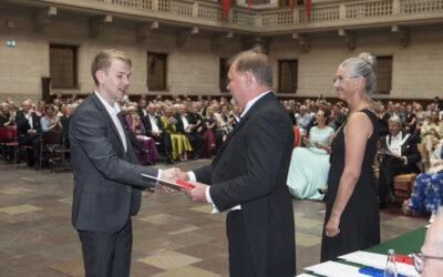 Nyuddannet svend modtager medalje